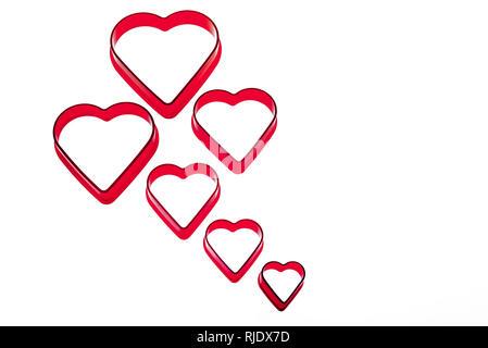 Sei rosso a forma di cuore cookie cutter. Vuoto o cuore rotto. Foto Stock