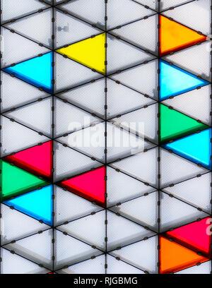 Moderno e colorato tetto di vetro con schema triangolare Foto Stock