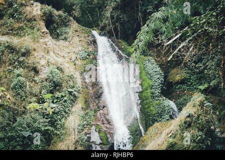 Butterfly cascate o sette sorelle cascate con vista montagna vicino, sul modo di Lachung Gangtok Sikkim circondato da Deep Forest e cascata.