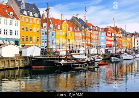 Lungomare colorati edifici e navi lungo la storica Nyhavn canal, Copenhagen, Danimarca Foto Stock
