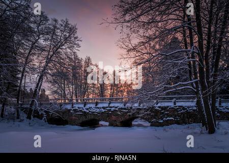 Un vecchio stonebridge nella parte occidentale della Finlandia Foto Stock