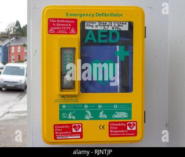 Defibrillatore di emergenza con chiave numerica del codice di accesso bloccato il caso in un area pubblica Foto Stock
