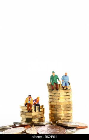 Diorama concettuale immagine di un miniture figura coppia in pensione e coppia giovane seduto su una pila di libbra di monete Foto Stock