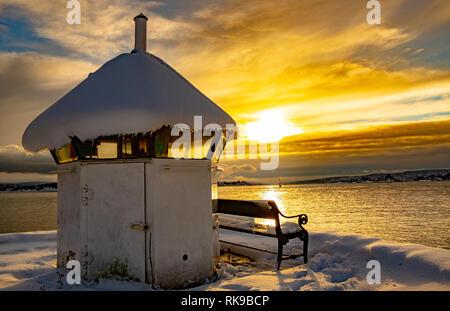 Piccolo faro sul fiordo di Oslo durante il tramonto Foto Stock