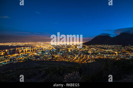 Cape Town, Sud Africa durante la notte, vista dalla collina di segnale Foto Stock