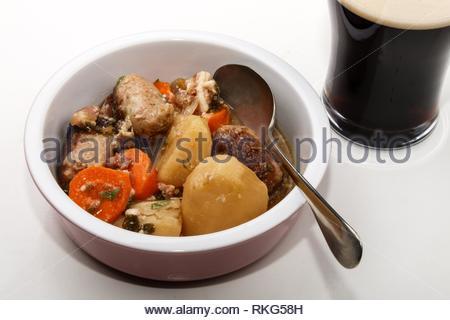 Dublino vizierà con carota, patata e salsiccia in una ciotola. Foto Stock
