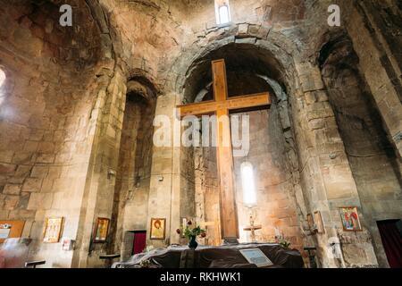 Grande Croce di legno nella parte interna della chiesa di Jvari, Georgiano antico monastero ortodosso, famoso punto di riferimento di Mtskheta Georgia. Foto Stock