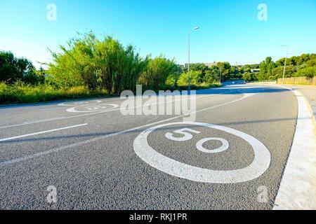 Segno di traffico su una strada senza automobili in Sant Cugat del Valles in Catalogna Spagna Foto Stock