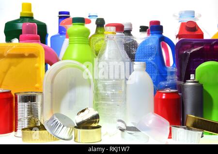 Gruppo di plastica e contenitori di metallo. Foto Stock