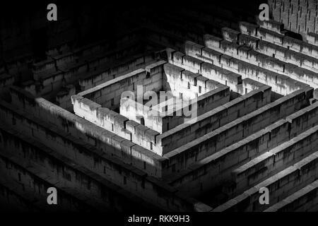 Il labirinto di pietra: concettuale per la questione della libertà e del viaggio. Foto Stock
