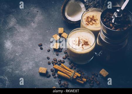 Latte di cocco. Vegan bevanda caffè concetto. Il caffè con il latte di cocco. Prodotti per la salute Foto Stock