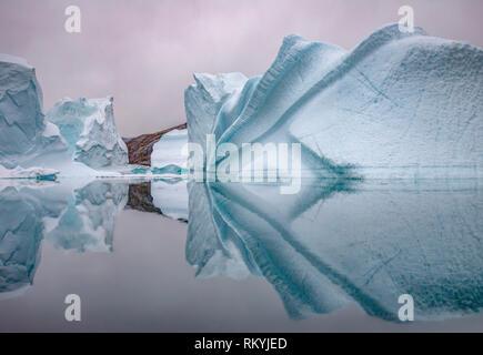 Iceberg si riflette nelle tranquille acque della Rode fiordo. Foto Stock