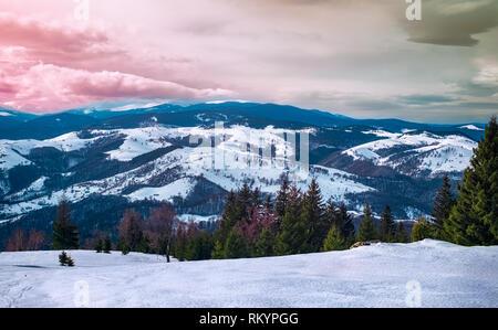 Un perfetto sfondo per le giornate invernali.in inverno le montagne Cindrel, Romania, Magura picco, 1304m Foto Stock
