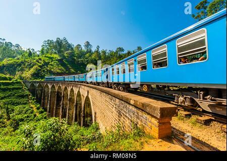 Il Highland Express passa al di sopra dei nove ponte di Arco, Demodara, Ambagollapathana vicino Ella, provincia di Uva, Sri Lanka.