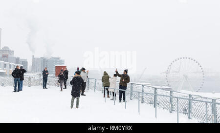 Seattle, Washington: i visitatori si radunano in Pike Place MarketFront come una forte tempesta di neve ricopre la città in sei pollici di neve. Foto Stock