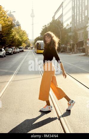 Donna in corsa su strada nella città di Berlino, Germania.