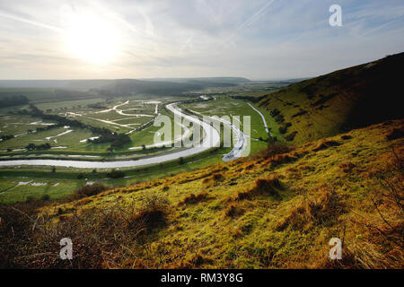 Seaford, East Sussex, Regno Unito. Xiii Febbraio, 2019. Il sorgere del sole sopra il fiume Cuckmere come esso si snoda attraverso il South Downs National Park. Credito: Peter Cripps/Alamy Live News Foto Stock