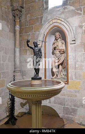  tutte le immagini  l'interno navata e con altare di San Giovanni Battista chiesa parrocchiale a Matera, Italia Foto Stock