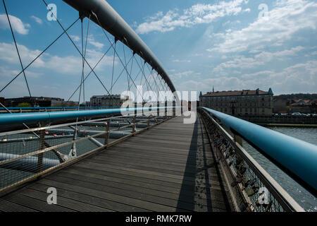 Una nuova area pedonale e noleggio ponte attraversa il fiume Vistola a Cracovia, Polonia. Foto Stock