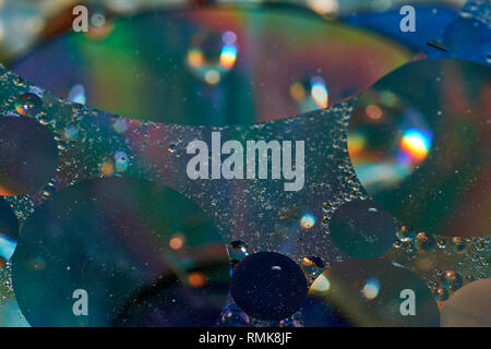 Galleggiante in acqua abstract colorati gocce di olio Foto Stock