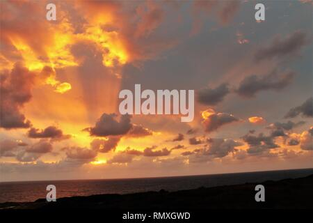 Tramonto sul mare con colori intensi Foto Stock