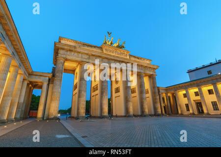 Berlino Germania, notte dello skyline della città presso la Porta di Brandeburgo (Brandenburger Tor) Foto Stock