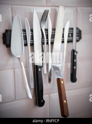 Cucina posate appeso sulla striscia magnetica sulla parete. Forcella, coltelli