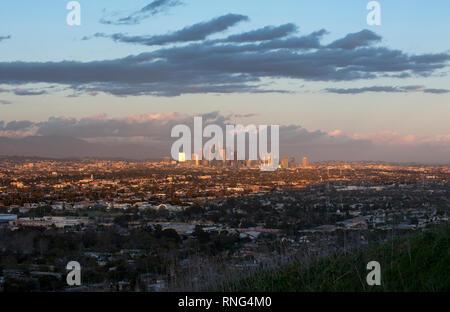 Vista del centro cittadino di Los Angeles skyline da Baldwin HiIls a Los Angeles, CA Foto Stock