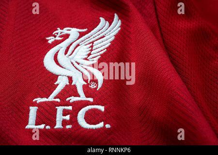 Bangkok, Tailandia - 17 Gennaio 2019: Close-up di Liverpool FC football home jersey circa 2018-2019 con club emblema