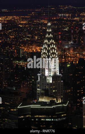 Illuminata Chrysler building Art Deco top dall'Empire State Building, Art Deco grattacielo in Midtown Manhattan, New York City, Stati Uniti d'America Foto Stock