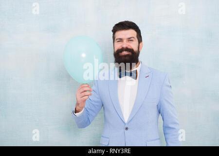Hipster Matrimonio Uomo : Uomo barbuto con palloncino. elegante uomo vestito in attesa