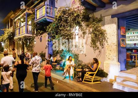 Cartagena Colombia antica città murata centro Getsemani notte vita notturna residenti ispanici residenti El Guero Taqueria ristorante bar alfresco donna Foto Stock
