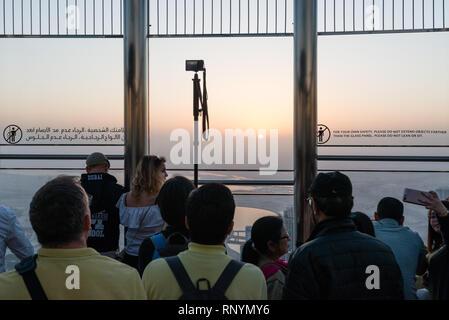 DUBAI, Emirati Arabi Uniti - 17 Febbraio 2018: turisti guardano all'alba al ponte di osservazione in cima di Burj Khalifa - costruzione più alta del mondo, Regno Ar Foto Stock