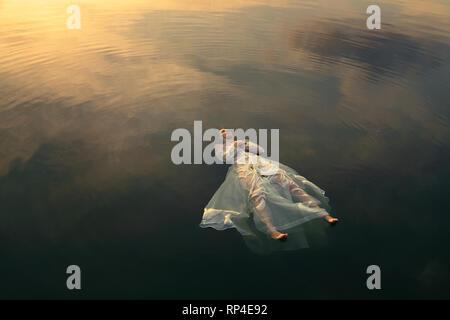 Ofelia morti nelle acque del lago al tramonto Foto Stock