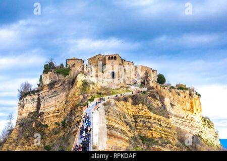 Civita di Bagnoregio, Viterbo, Lazio, Italia: 'dying città' pittoresco paesaggio del borgo antico sulla ripida collina di tufo.