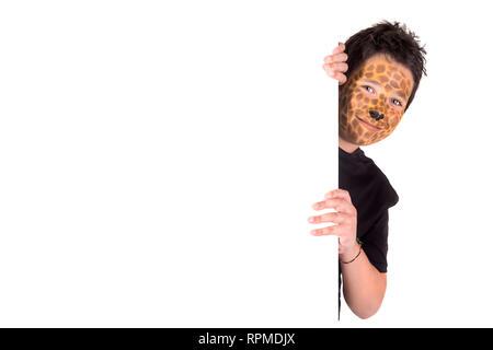 Ragazzo con faccia animale-vernice dietro un pannello bianco Foto Stock