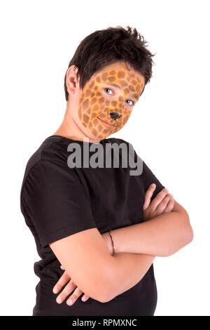Ragazzo con la Giraffa a faccia in vernice dietro un pannello bianco Foto Stock