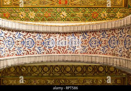 Arch visto dal di sotto del castello Alcazar in Sevilla Foto Stock