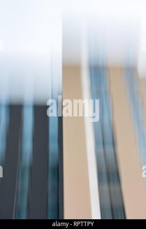 Due strettamente distanziati di nuove case con lungo le facciate in vetro Foto Stock