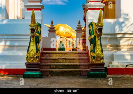 Splendida vista del Buddha reclinato statua in Pha That Luang complesso. Pha That Luang è un templi buddisti complesso in Vientiane, Laos Foto Stock