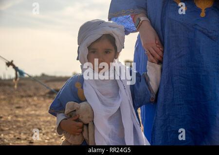 Bambina in arabo tradizionale azienda vestito sua madre la mano.