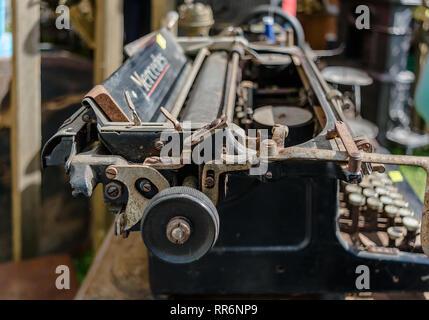 Daugavpils, Lettonia - 15 Luglio 2017: il vecchio arrugginito vintage macchina da scrivere Mercedes closeup shot nel mercato delle pulci. Foto Stock