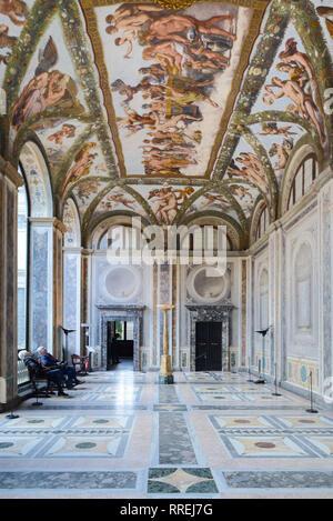 Un paio di turisti osservare il soffitto dipinto della Loggia di Cupido & Psiche (1518) da Raphaël, rinascimentale Villa Farnesina Trastevere Roma Italia Foto Stock