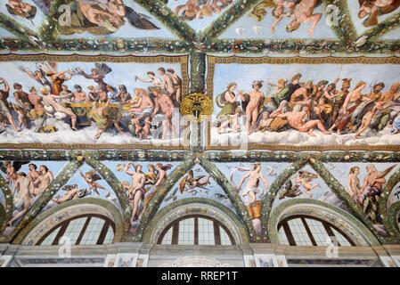 Il soffitto dipinto della Loggia di Cupido & Psiche (1518) da Raphaël, nel rinascimento Villa Farnesina, costruito 1506-1510, Trastevere Roma Italia Foto Stock
