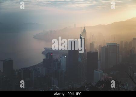 Foschia mattutina in vista della città di Hong Kong. vista dal Victoria Peak