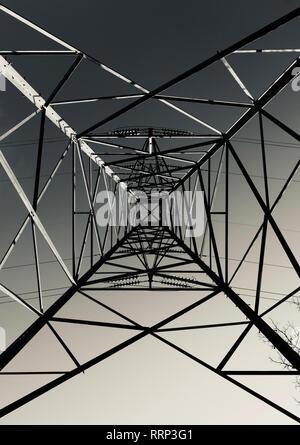 Guardando verso l'alto direttamente dal basso un traliccio di elettricità o torre di trasmissione