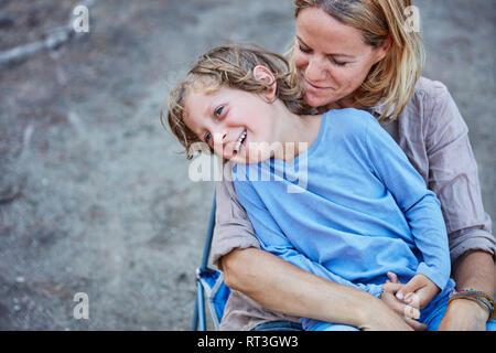 Ritratto di felice madre con figlio all'aperto Foto Stock