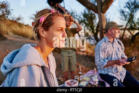 Il Cile, Santiago, madre con il nonno e figlio avente un picnic al tramonto