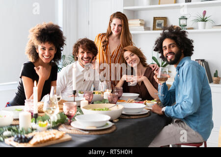 Amici divertendosi a una cena, Godendo mangiando insieme