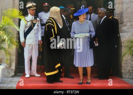 Regina Elisabetta II e Principe Filippo accompagnati dal Presidente della Casa, Lawson Weekes, in visita reale per celebrare il 350° anniversario del Parlamento delle Barbados, Bridgetown. 8-11 Marzo 1989